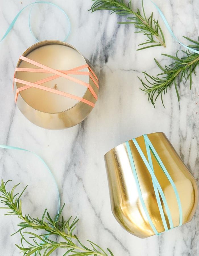 weiße, runde, selbstgemachtete kerzen in goldenen kerzenhalter