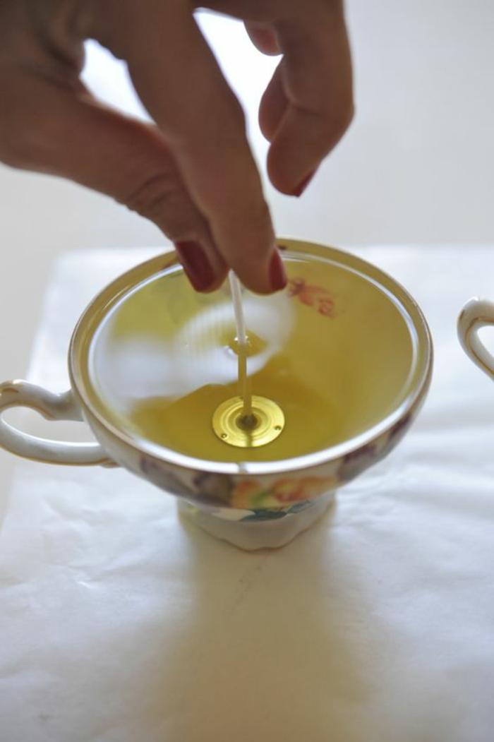 geschmolzene kerzenreste, teetasse mit blumen, diy kerze