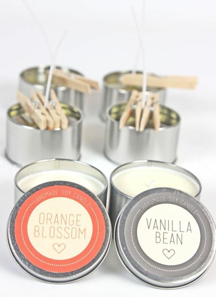 runde behälter aus metall mit weißen duftkerzen mit vanille und orange