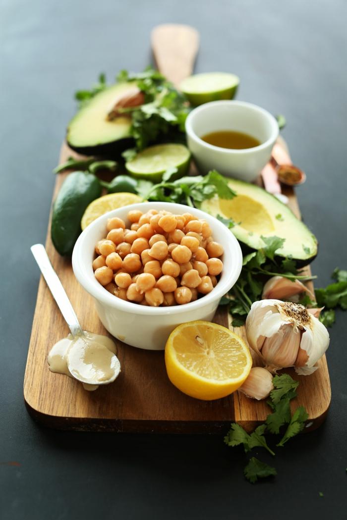 gesunde und schöne idee zum genießen avocado zitrone knoblauch petersilie kichererbsen