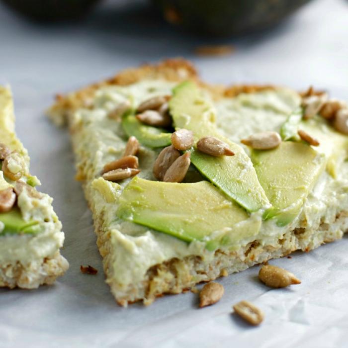 kichererbsen kochen hummus auf brot schmieren und mit avocado und kerne servieren ideen