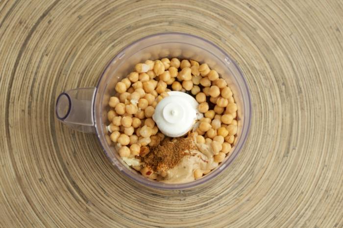 kichererbsen kochen in dem mixer oder blender alles zusammen bringen und pürieren