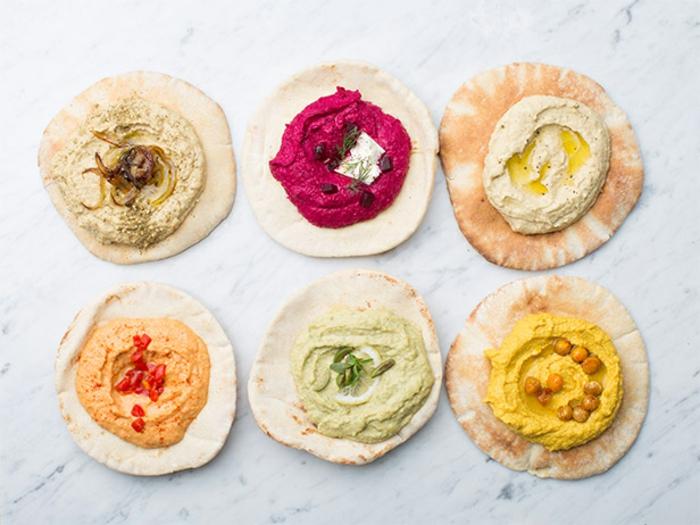 verschiedene farben von hummus ideen in grün orange gelb weiß beige tortilla brötchen