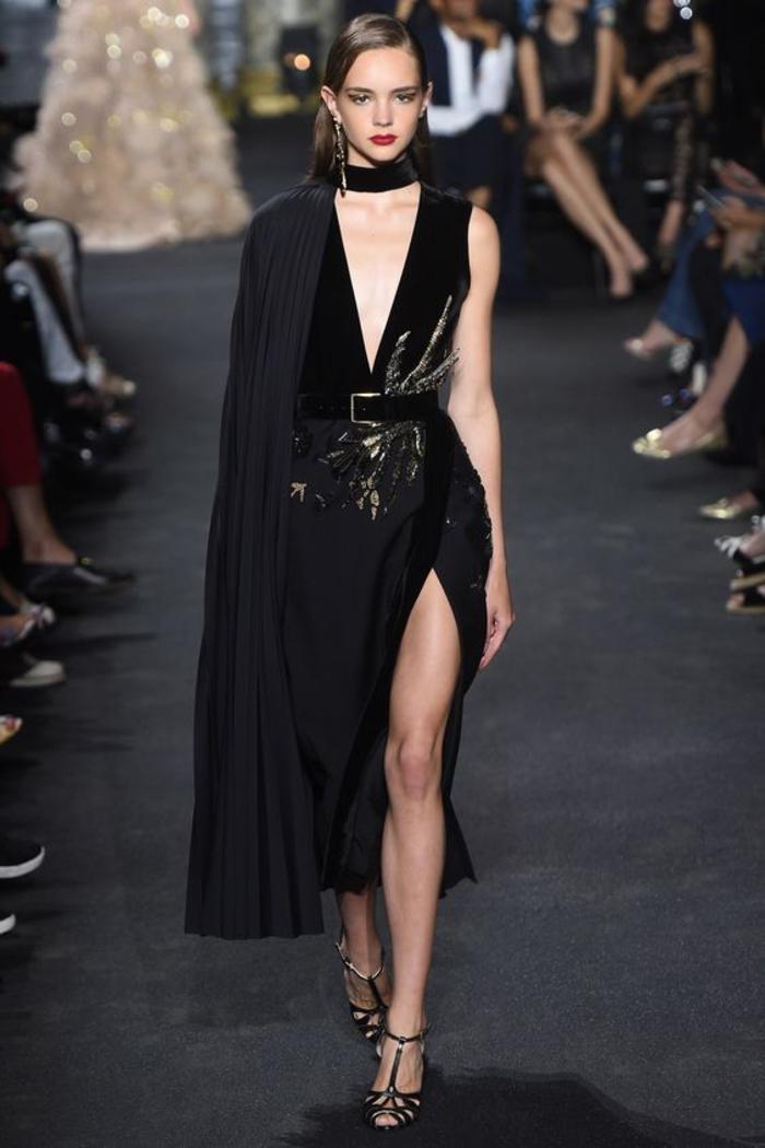 kleid in schwarz mit guertel, kombination mit sandalen, lange ohrringe