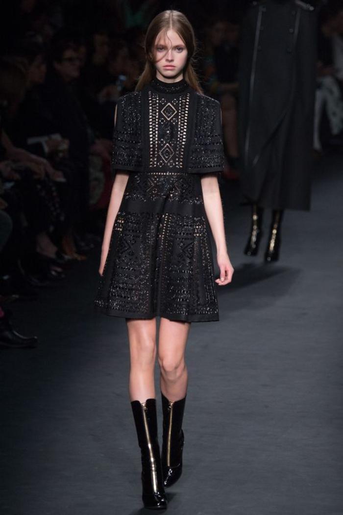 kleid in schwarz, mit boots, mit aermeln, alltaeglich, spruehling, sommer