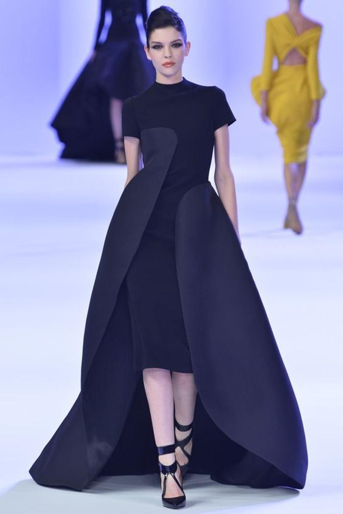 kleid in schwarz, mit kurzen aermeln,, schwarze pumps, abendkleid