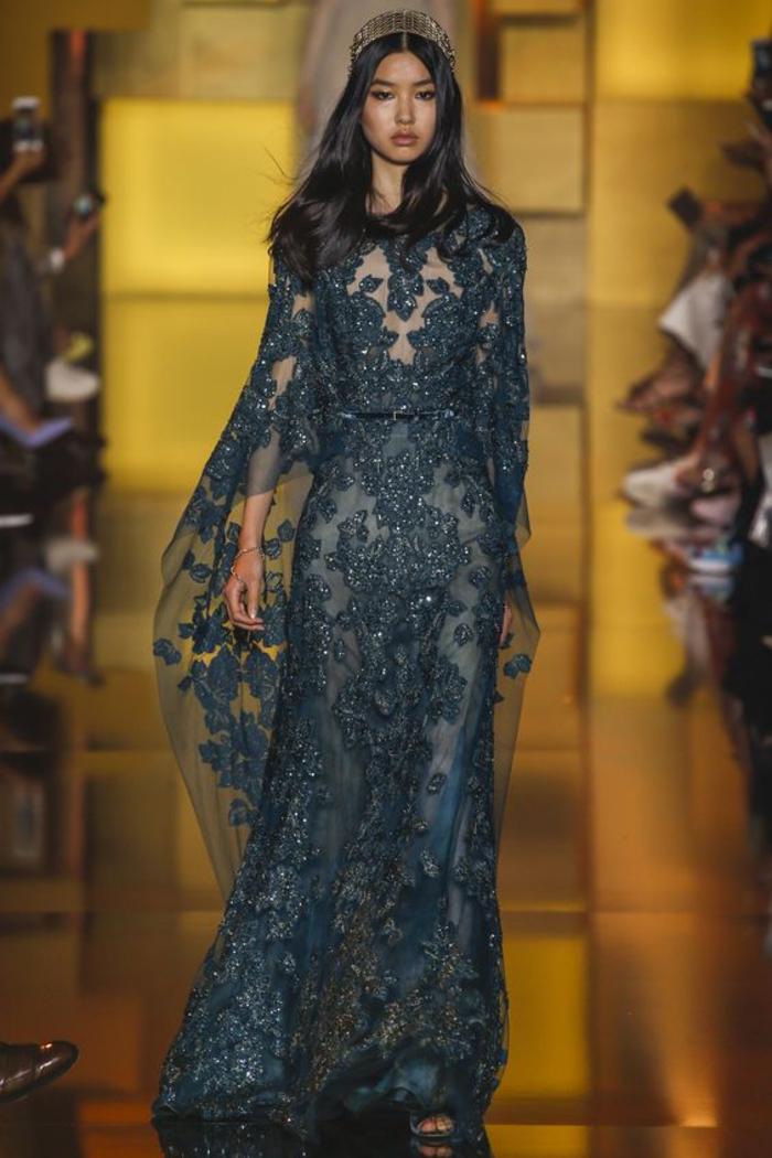 spitzenkleid in schwarz, glitter, mit langen aermeln, krone, schmuck