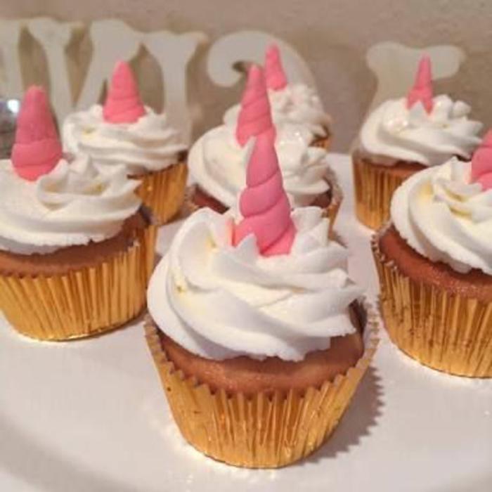 kleine einhorn kuchen mit sahne und seinem pinken einhorn