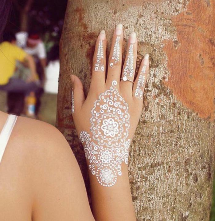 tattoo ideen auf der hand von einer schönen frau weiße tattoos henna stil braut hochzeit ring mit diamant