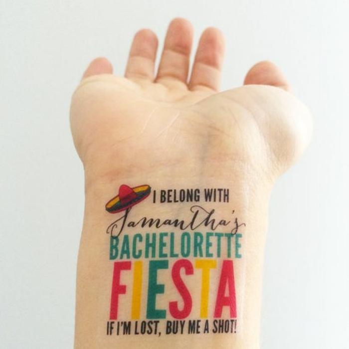 tattoo ideen brautjungfer schrift auf der hand kleine temporäre tattooideen zum bewundern party