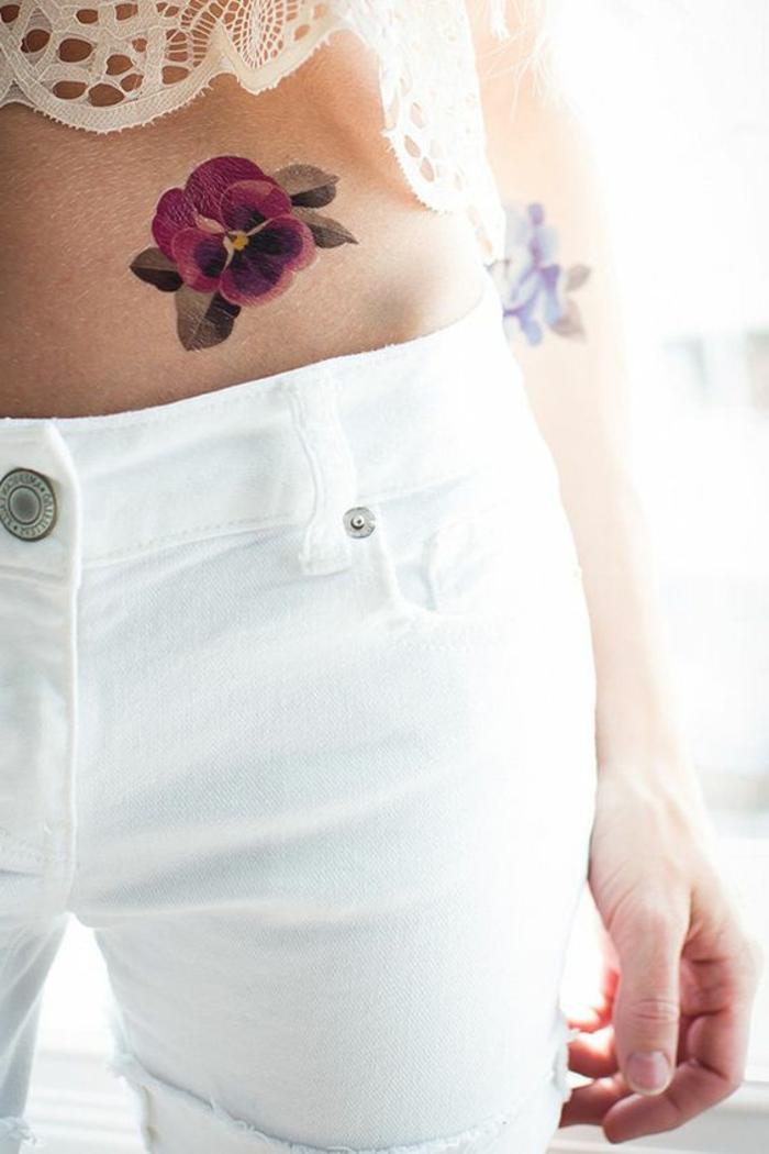 tattoo ideen buntes tattoo lila bllume deyent und wunderschön kombination mit weißen hosen spitze