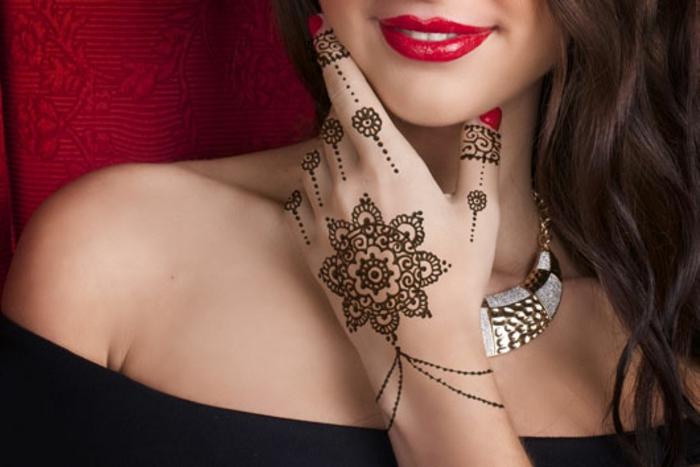 tattoo ideen temporär henna schöne malerei auf der hand von einer schönen dame roter lippenstift