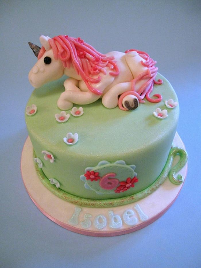 kleines einhorn mit einer pinkes mähne - eine idee für einhorn torte