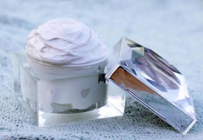 Kokosöl Creme mit Jojobaöl, Melrose Öl und Kokosbutter für eine mildernde After Shave Pflege