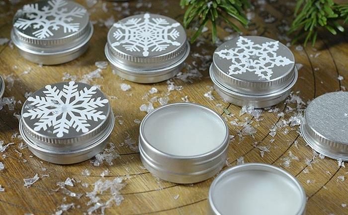 lippenpflege selber machen mit kokos, weiße schneeflocken, behälter aus metall