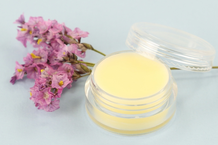 lippenpflege selber machen, rosa blumen, behälter aus plastik