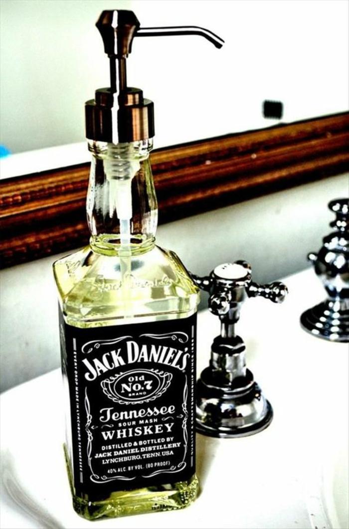 upcycling ideen - diy seifenspender aus flasche whisky