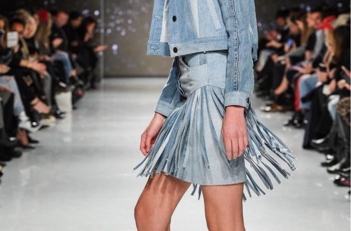 upcycling kleidung, rock in blau aus wiederverwertbarem stoff, blaues jeans outfit, denim kleidung
