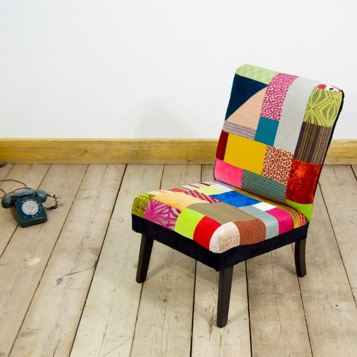 do it yourself ideen, ein patchwork sessel, bunte farben gestaltung, telefon am boden