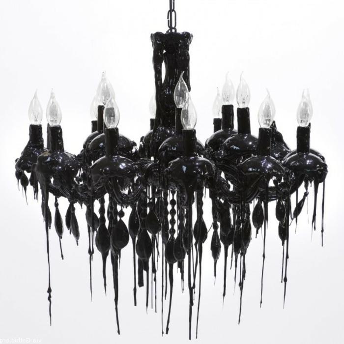 moderner Gothic-Kronleuchter in schwarzer Farbe mit einer Kette und vielen Glühbirnen in der Form von Kerzen