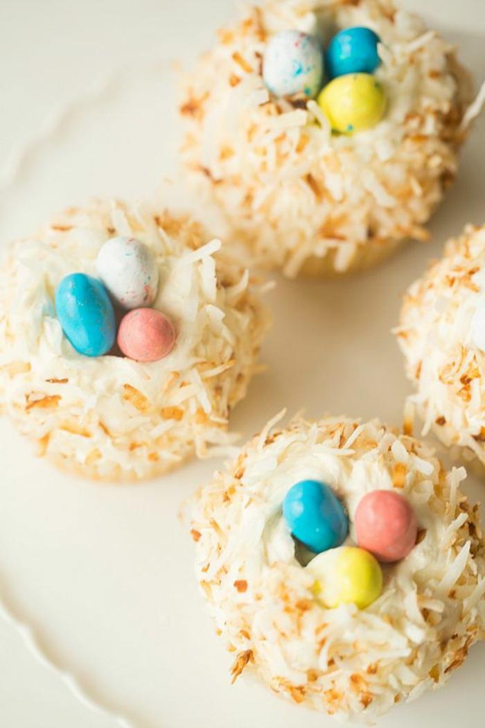 Backen Zu Ostern - drei Neste mit kleinen Schokolade Eier in verschiedenen Farben