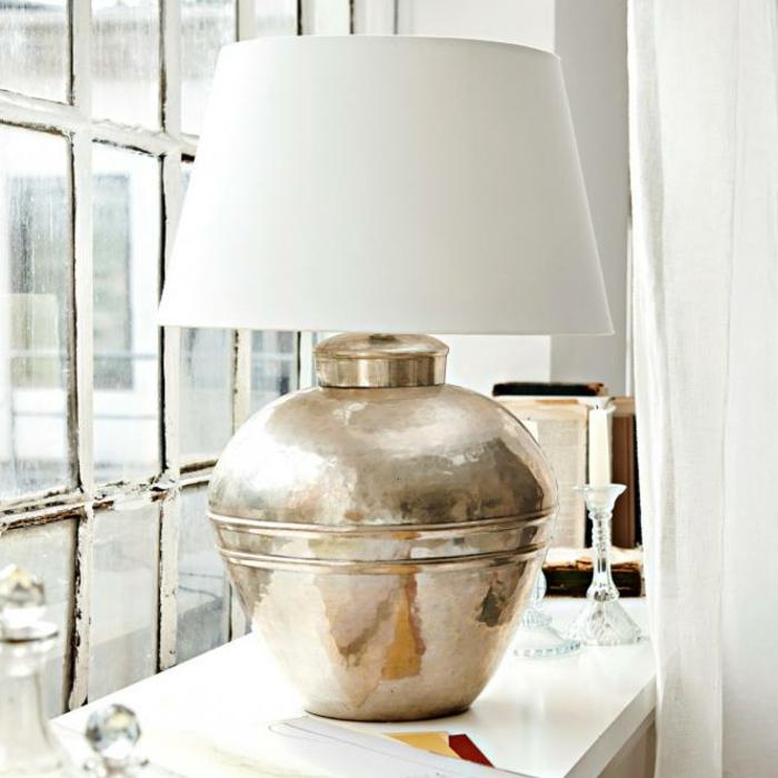 Lampe für Fensterbank mit gerundetem Fuß aus Messing