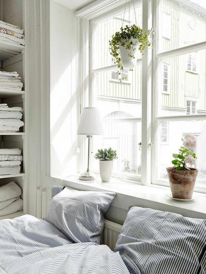 hängende Blumentöpfe hängend und Dekolampe auf der Fensterbank