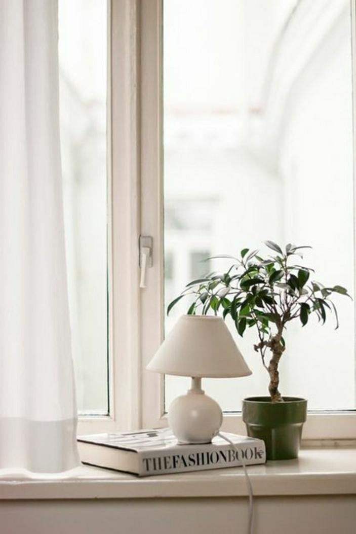 Lampe für Fensterbank klein und dekorativ milchweiß