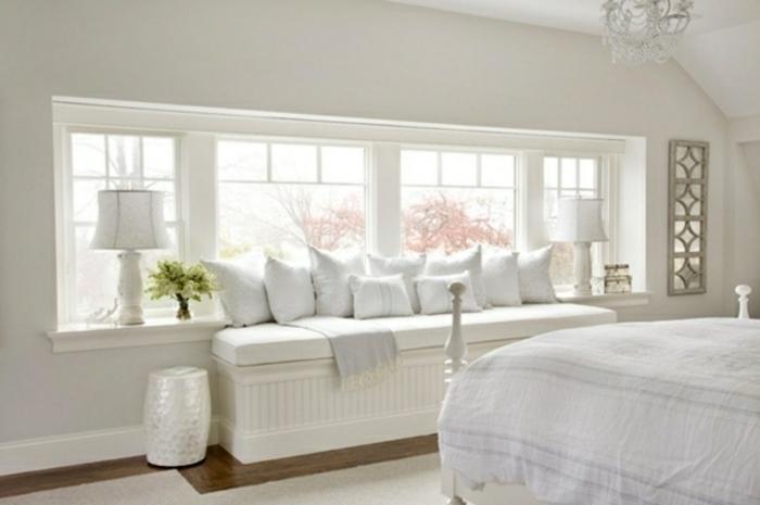 weißes schlafzimmer sitzplatz am fensterbank lampen und kissen