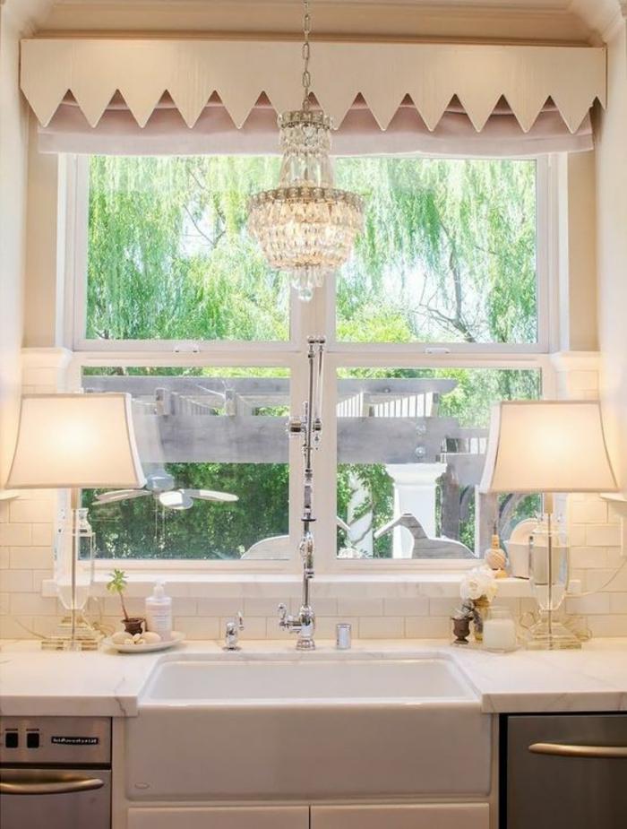 Gestaltung Fensterbank Landhausstil schick Kronleuchter und Lampen