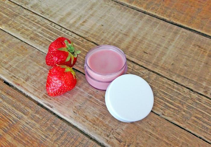 lippenpflege selber machen mit erdbeeren, weißer verschlussdeckel
