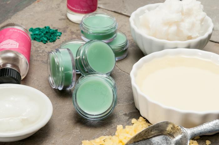 kokosöl kosmetik selber machen, weiße schüssel, löffel, kokosbutter