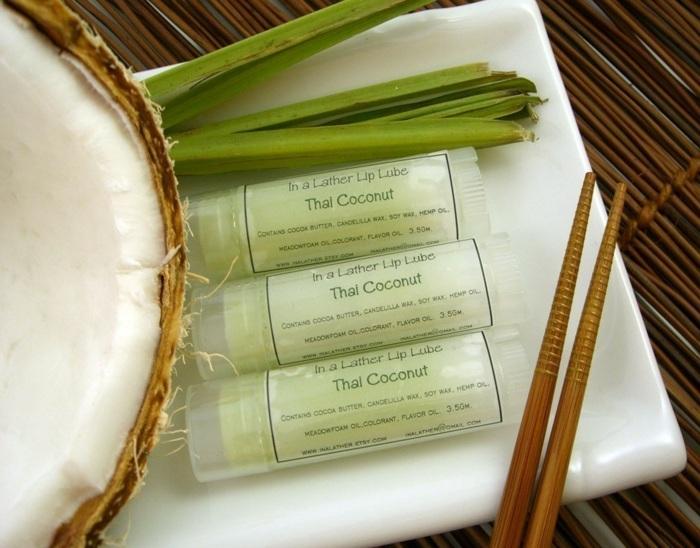 kokosöl kosmetik selber machen, diy lippenbalsame, kokos, weißer teller