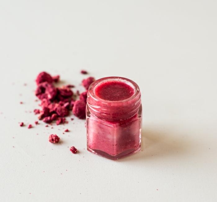 lippenpflege selber machen mit himbeeren, kleiner kosmetikbehälter