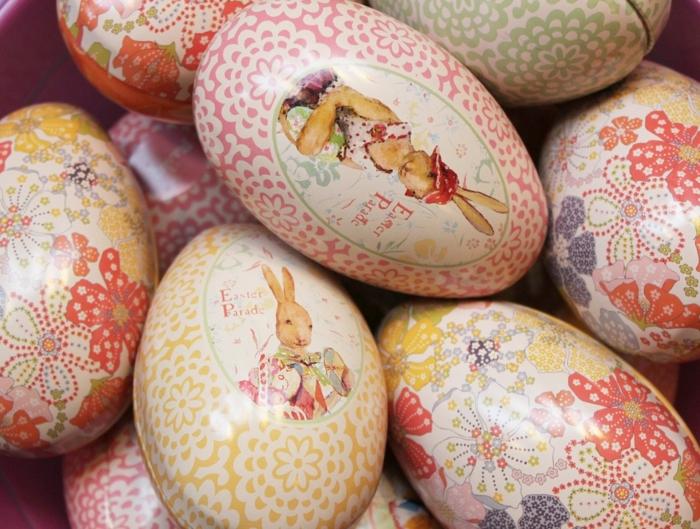 Eier lustig - zwei Osterhasen wie Adligen gekleidet mit einer Aufschrift