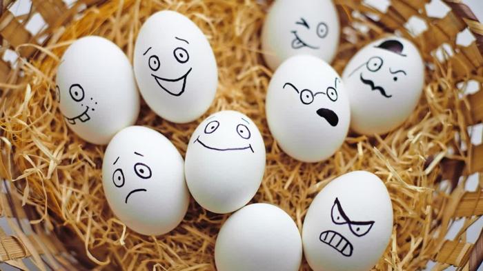 Eier lustig - Gesicher mit Filzstift bemalt mit verschiedenen Mienen - glücklich und böse