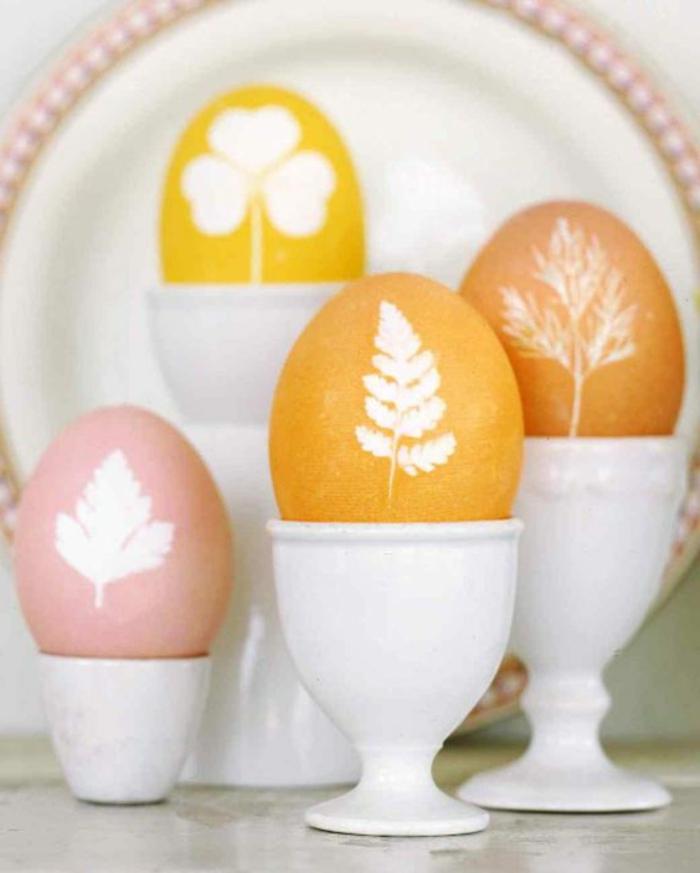 mit kleinen Blätter die Eier bemalen - eine originelle Technik zum Färben