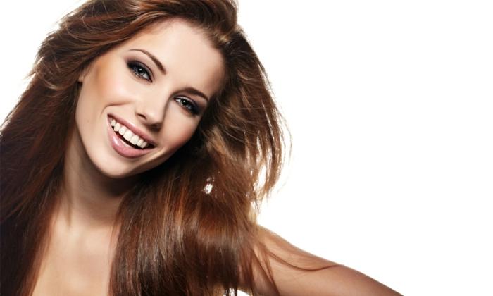 natürliches make up lächelnde frau sinn für humor haben heißt schönheit und ist attraktiv