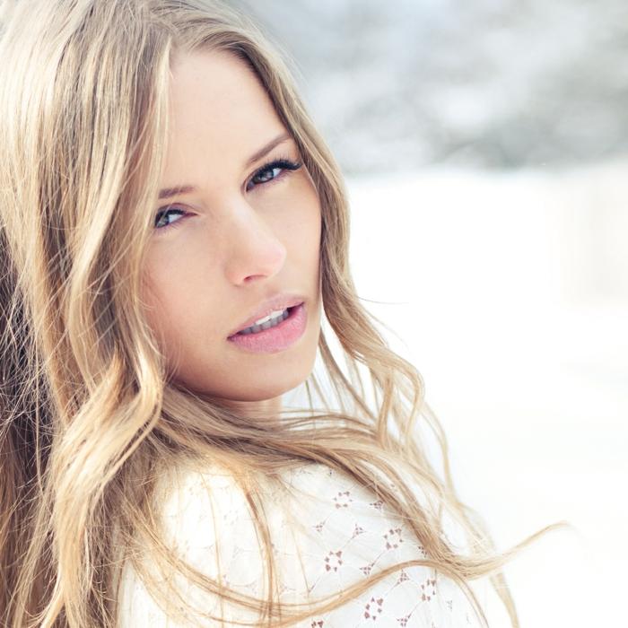 natürliches make up lange lockige haare blonde frau kleine augen lange wimpern schaffen tolles effekt