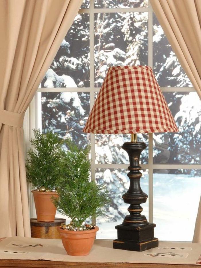 Blumentöpfe und Lampe Fensterbank dekorieren