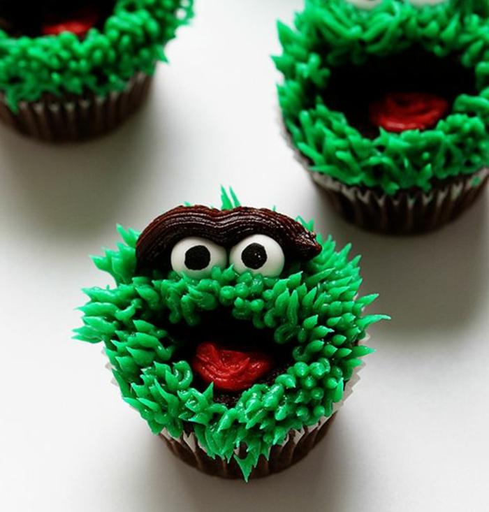 muffin dekoriert wie grünes monster aus sahne