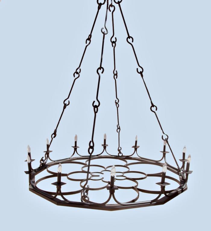 Kronleuchter im minimalistisch-gotischen Stil aus aneinanderhängenden Metallelementen