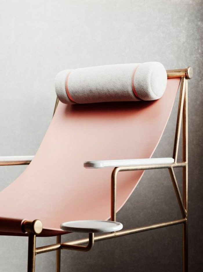 minimalistisches Relax-Stuhl aus verarbeitetem Leder in Hellpink, runder Kopfkisse, Getränkehalter