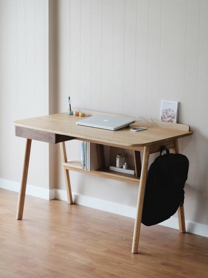 Schreibtisch aus Holz mit simplem Design mit Bücherregal, schwarzer Rucksack, Bücher, Laptop, Kugelschreiber