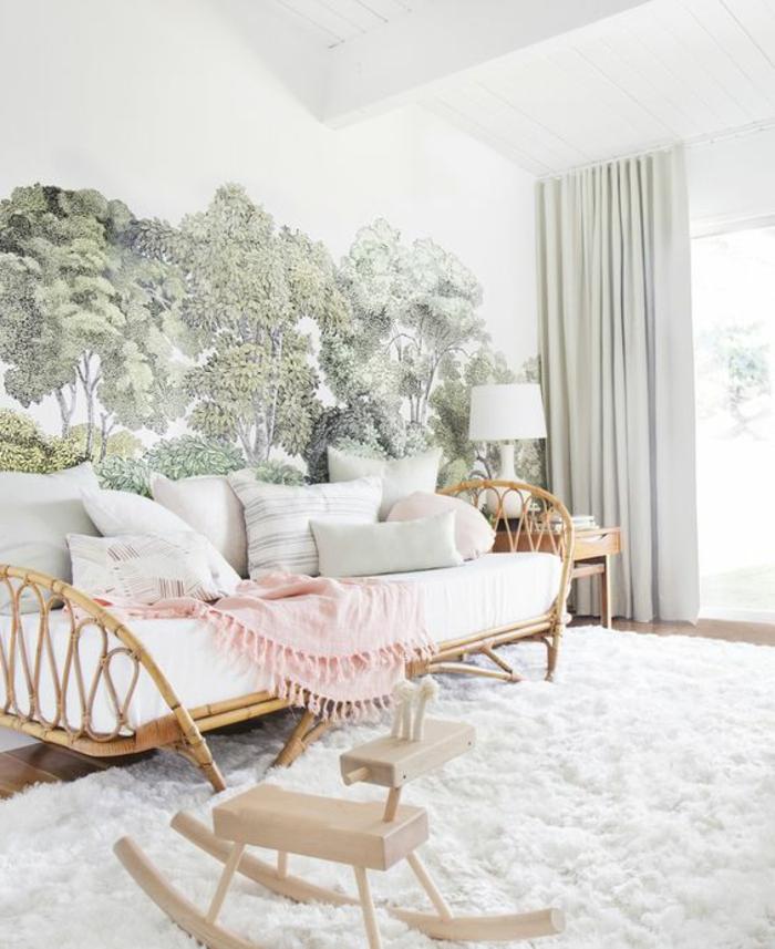 minimalistic-Wohnzimmer mit weißem wolkenweichen Teppich, Holzbank mit weißen Kissen, Mustertapete