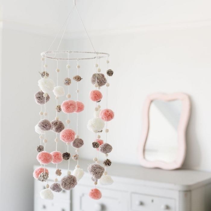 selbstgemachte hängende dekoration, mobile baby basteln, diy deko aus pompons für das babyzimmer