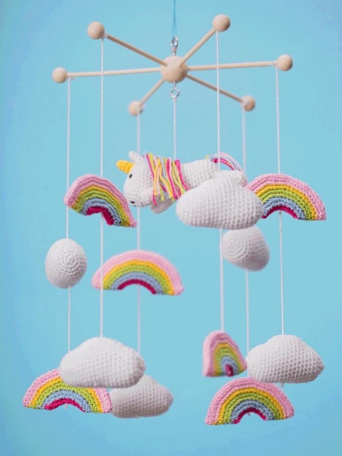 mobile baby basteln, figuren aus garn, wolken und einhörner, babyzimmer dekorieren