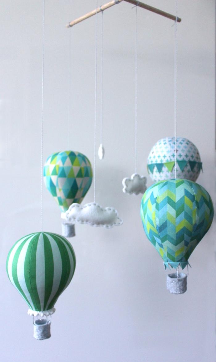 mobile baby basteln, heißluftballons in weiß und grün, kleine wolken, ballons aus stoff nähen