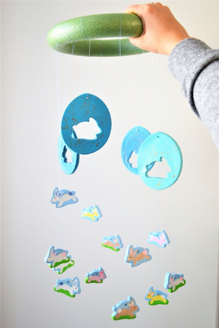 mobile baby basteln, osterdeko selber machen, diy deko, kleine figuren aus ton, hasen eier