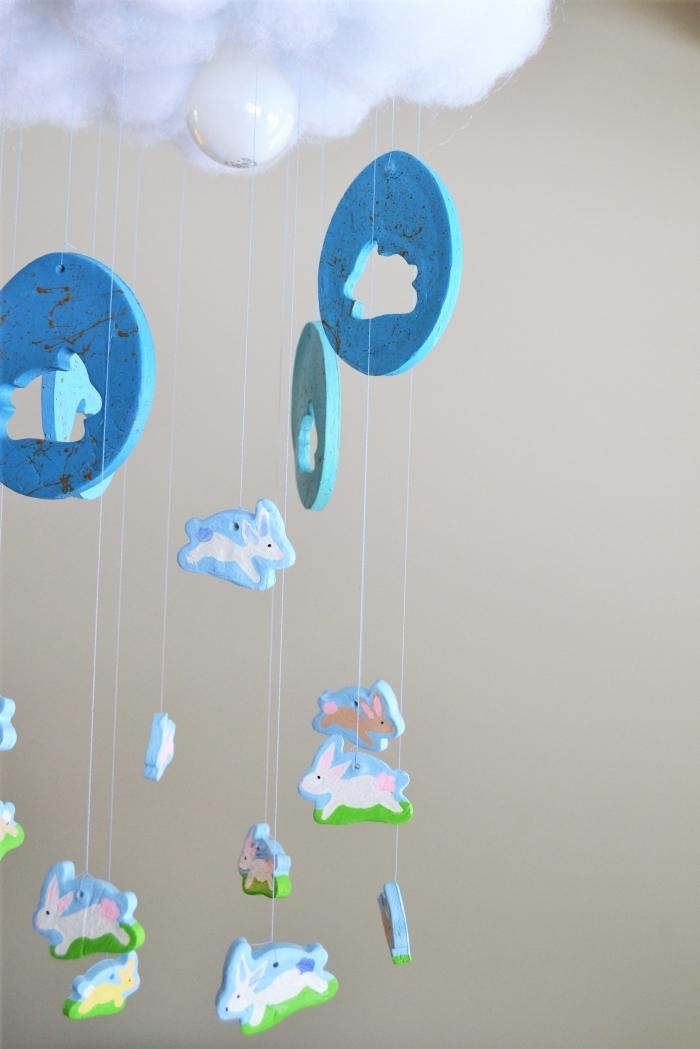mobile baby basteln, selsbtgemachte deko für das babyzimmer, hasen und eiern aus ton